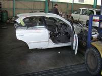 解体中の車の写真