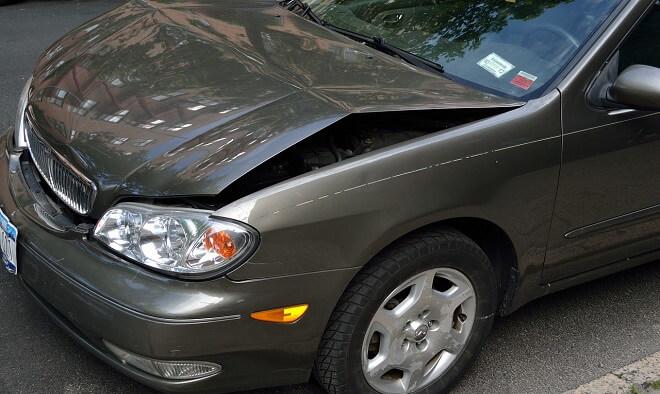 ボンネットが歪んだ車