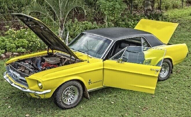 エンジンルームが開いた黄色い車