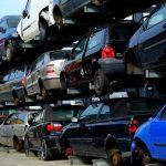 積み重ねた使用済み自動車