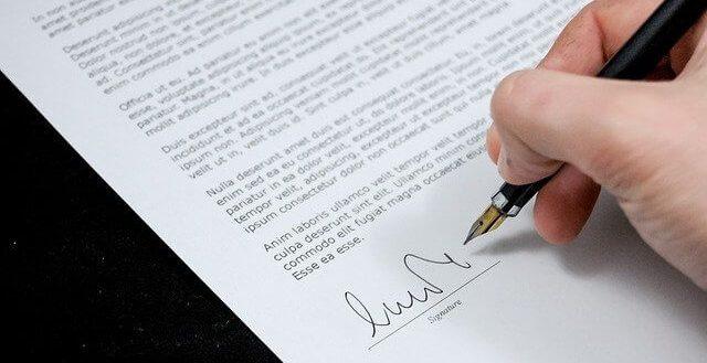 サインする人