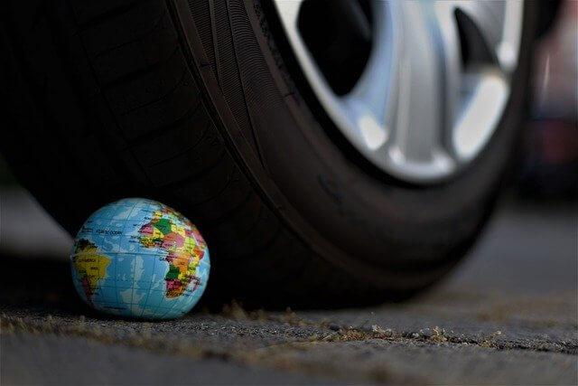 自動車と地球儀